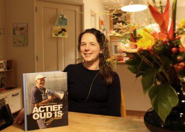 jacobien Niebuur met voor zch het boek actief oud is goud